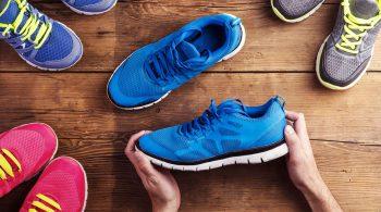 persona sceglie le migliori scarpe sportive