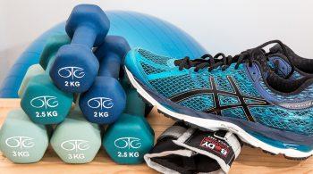 scarpe da ginnastica e pesi palestra